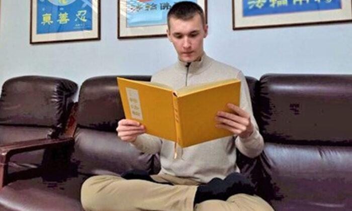 Un libro cambia la vida de un joven deprimido a un próspero hombre de negocios