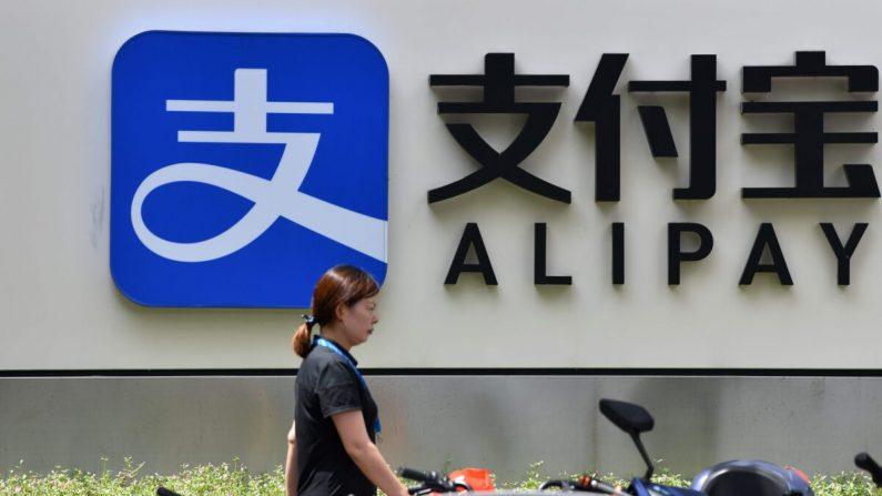 Un peatón pasa junto al logo de Alipay en el edificio de oficinas de Ant Group en Shanghai, el 28 de agosto de 2020. (HECTOR RETAMAL/AFP vía Getty Images)