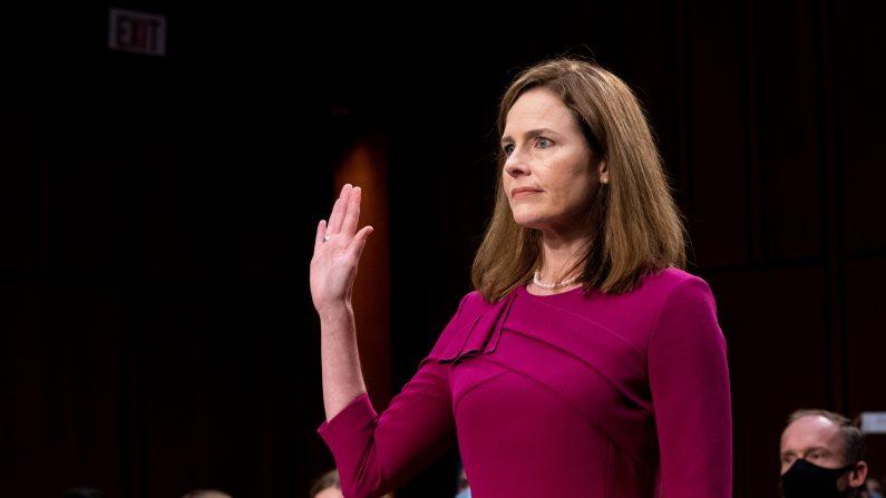 La juez Amy Coney Barrett, nominada a la Corte Suprema, presta juramento durante la audiencia de confirmación del Comité de Justicia del Senado para la Corte Suprema en el edificio Hart del Senado de EE.UU., el 12 de octubre de 2020. (Erin Schaff-Pool vía Getty Images)