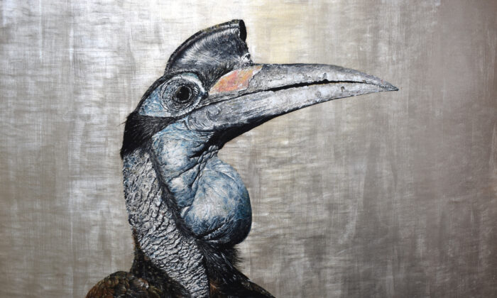 """Hornbill"", 2020, por Andrew Pledge. Óleo sobre panel de madera con lámina de plata; 20 por 30 pulgadas. (Cortesía de Andrew Pledge)"
