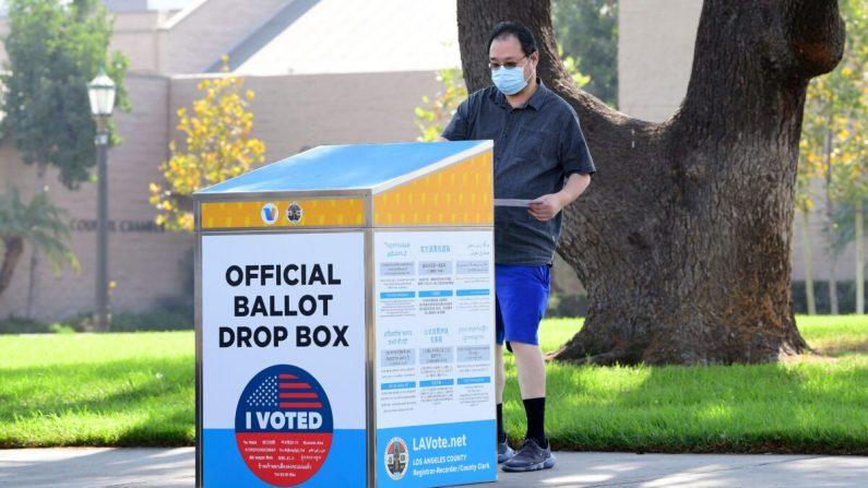 Una boleta es depositada en una urna oficial en Monterey Park, California, el 5 de octubre de 2020. (Frederic J. Brown/AFP vía Getty Images)