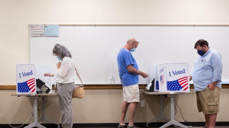 La gente vota en la Oficina de Registro de Votantes y Elecciones del Condado de Lexington durante la segunda jornada de votación en persona para el voto ausente y el voto anticipado en Lexington, S.C., el 6 de octubre de 2020. (Sean Rayford/Getty Images)