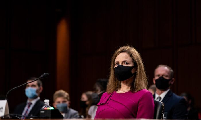La jueza, Amy Coney Barrett, nominada a la Corte Suprema, escucha durante la audiencia de confirmación del Comité Judicial del Senado para la Corte Suprema en el edificio de oficinas del Senado en Washington, el 12 de octubre de 2020. (Erin Schaff-Pool/Getty Images)