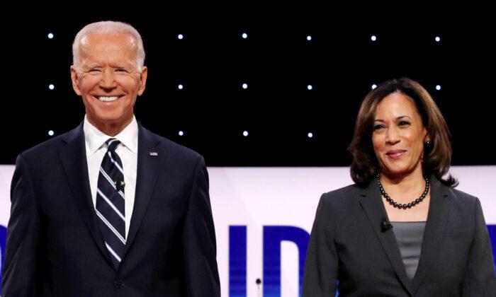 Los candidatos presidenciales demócratas, el exvicepresidente Joe Biden (izq.) y la senadora Kamala Harris (D-Calif.) suben al escenario en el Debate Presidencial Demócrata en el Fox Theatre en Detroit, Michigan, el 31 de julio de 2019. (Justin Sullivan/Getty Images)