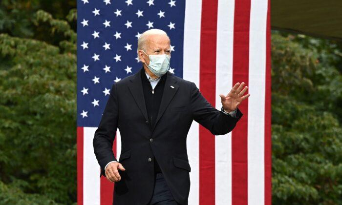 El candidato presidencial demócrata y exvicepresidente, Joe Biden, llega para hablar en un evento de campaña en el Local 951 del Sindicato de Trabajadores Comerciales y de Alimentos Unidos, en Grand Rapids, Michigan, el 2 de octubre de 2020. (Jim Watson/AFP a través de Getty Images).