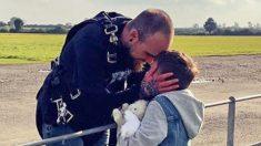 Hombre salta de un avión para su hijastro con enfermedad terminal a pesar de su pánico a las alturas