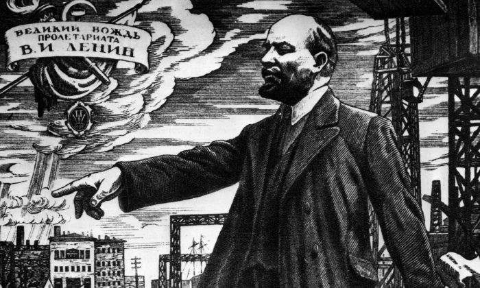 El líder revolucionario ruso Vladimir Ilyich Lenin (1870-1924) dirigiéndose a una multitud durante la revolución rusa, alrededor de 1917. (Archivo Hulton / Getty Images)
