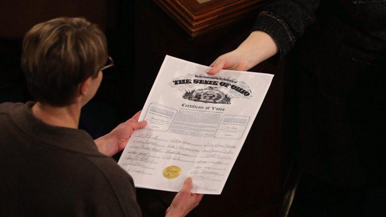 Los secretarios del Congreso aprueban el certificado del Colegio Electoral del estado de Ohio mientras abren y organizan todos los votos de los 50 estados en la cámara de la Cámara de Representantes en el Capitolio el 4 de enero de 2013. (Chip Somodevilla/Getty Images)