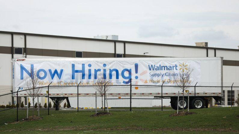 """Un letrero que dice """"¡Buscamos gente!"""" figura junto a un centro de distribución de Walmart en Columbus, Ohio, el 20 de marzo de 2020. (Charlotte Cuthbertson/The Epoch Times)"""