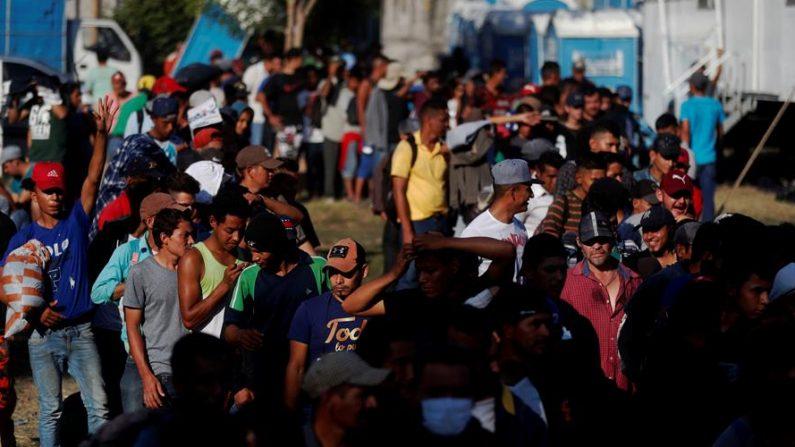 Los migrantes hondureños parten en varios grupos en ruta hacia el punto de Corinto, departamento caribeño de Cortés, fronterizo con Guatemala. EFE/Esteban Biba/Archivo