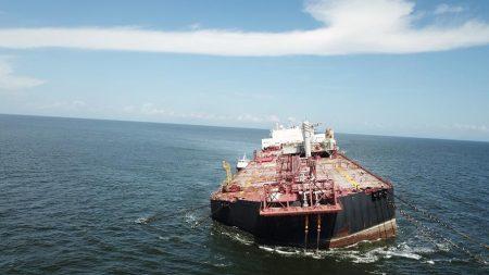 Buque petrolero varado de Venezuela podría causar desastre ecológico