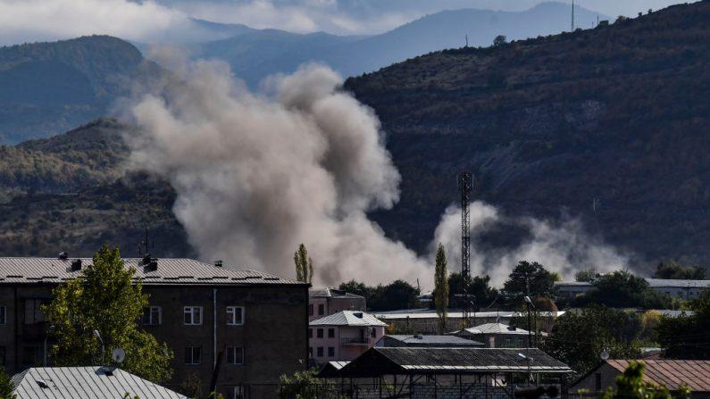 El humo se eleva tras el bombardeo de la ciudad de Stepanakert el 9 de octubre de 2020, durante la lucha en curso entre Armenia y Azerbaiyán por la región en disputa. (Foto de ARIS MESSINIS/AFP vía Getty Images)