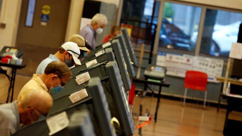 Los votantes emiten sus votos en un centro de votación anticipada para las elecciones presidenciales de EE.UU. en Houston, Texas, EE.UU., el 15 de octubre de 2020. EFE/EPA/AARON M. SPRECHER