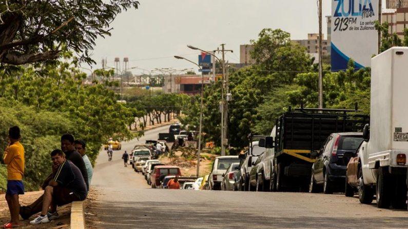 Personas hacen fila en sus vehículos para cargar gasolina, el 19 de septiembre del 2020 en Maracaibo (Venezuela). EFE/HENRY CHIRINOS/Archivo
