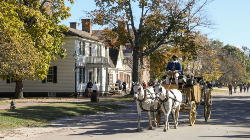 Un carruaje pasa por las calles de Williamsburg Colonial (Samira Bouaou / The Epoch Times)