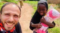 Niña huérfana de Nigeria explota de felicidad al recibir su primera muñeca