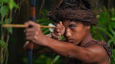 Fotógrafo captura enigmáticos ojos azules de miembros de tribu en Indonesia con rara condición genética