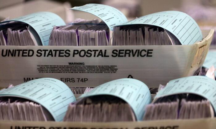 Las primeras boletas electorales por correo en espera de ser preparadas y escaneadas por la Junta Electoral del Condado de Montgomery, en el Centro de Recreación Comunitario Plumb Gar, en Germantown, Maryland, el 20 de octubre de 2020. (Alex Wong/Getty Images)