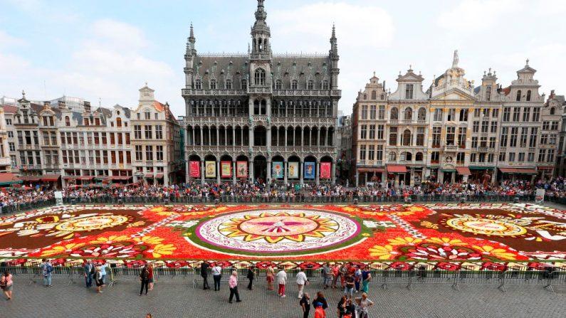 La presentación de la alfombra floral anual en la Gran Plaza del centro de Bruselas el 16 de agosto de 2018. (NICOLAS MAETERLINCK/AFP vía Getty Images)