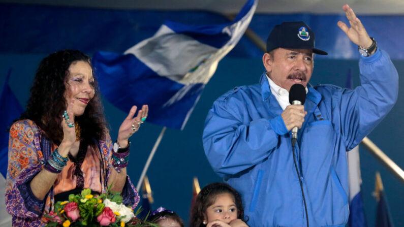 El líder de Nicaragua, Daniel Ortega (d), habla a sus seguidores, junto a su esposa Rosario Murillo en Managua (Nicaragua) el 13 de octubre de 2018. (Foto de INTI OCON/AFP vía Getty Images)