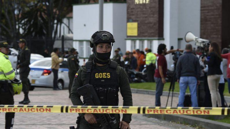 Las fuerzas de seguridad trabajan en el lugar de un aparente ataque con coche bomba contra una escuela de formación de cadetes de la policía en Bogotá (Colombia) el 17 de enero de 2019. (Foto de JUAN BARRETO/AFP vía Getty Images)