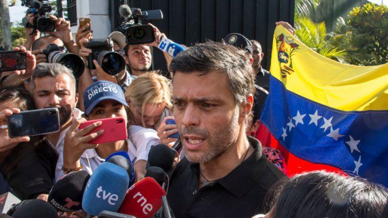 El líder de la oposición Leopoldo López habla a los medios en la puerta de la residencia del embajador español el 02 de mayo de 2019 en Caracas, Venezuela. (Foto de Rafael Briseño/Getty Images)