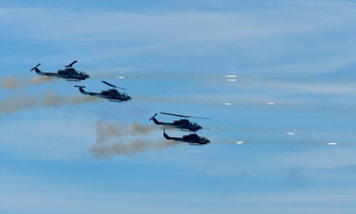 """Cuatro helicópteros de ataque F-16 Apache de fabricación estadounidense lanzan misiles durante el 35° ejercicio militar """"Han Kuang"""" en el condado de Pingtung, en el sur de Taiwán, el 30 de mayo de 2019. (Sam Yeh/AFP a través de Getty Images)"""