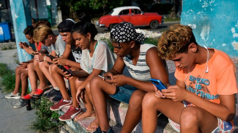 Jóvenes cubanos se conectan a Internet desde su teléfono móvil en La Habana (Cuba), el 6 de junio de 2019. (Foto de YAMIL LAGE/AFP vía Getty Images)