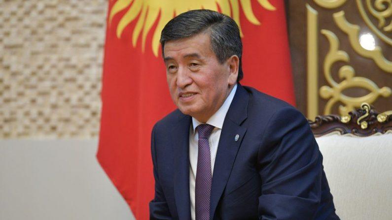 El presidente de Kirguistán, Sooronbay Jeenbekov, asiste a una reunión con su homólogo ruso al margen de la cumbre de la Organización de Cooperación de Shangai (OCS) en Bishkek el 13 de junio de 2019. (ALEXEI DRUZHININ/AFP a través de Getty Images)