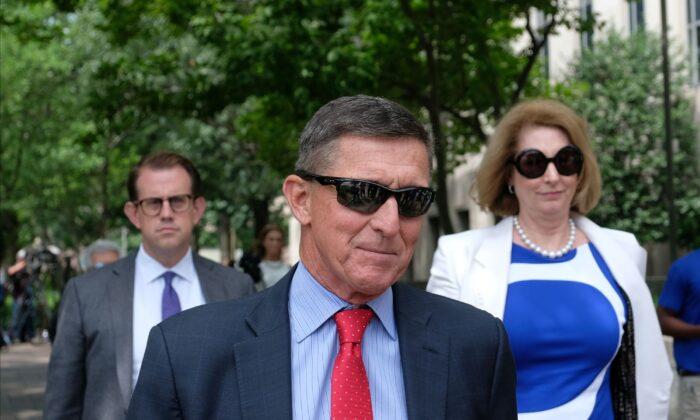 El exasesor de Seguridad Nacional del presidente Donald Trump, Michael Flynn, abandona el Palacio de Justicia de Estados Unidos, E. Barrett Prettyman, el 24 de junio de 2019, en Washington, D.C. (Alex Wroblewski/Getty Images)