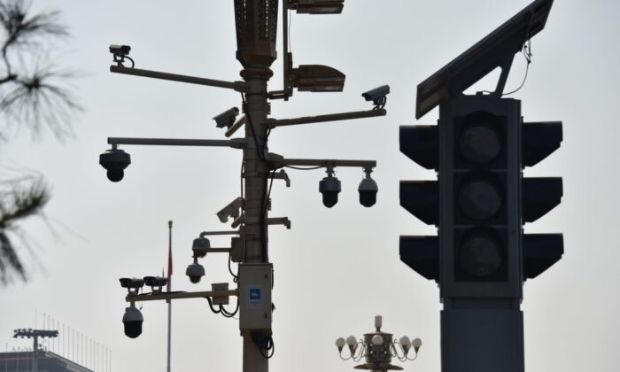 Las cámaras de vigilancia se ven en una esquina de la Plaza Tiananmen en Beijing el 6 de septiembre de 2019. (Greg Baker/AFP vía Getty Images)