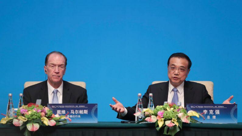 El primer ministro chino Li Keqiang habla con el presidente del Banco Mundial David Malpass durante una conferencia de prensa para el Cuarto Diálogo de Mesa Redonda 1+6 en la Casa de Huéspedes del Estado de Diaoyutai el 21 de noviembre de 2019 en Beijing, China. (Lintao Zhang/Getty Images)
