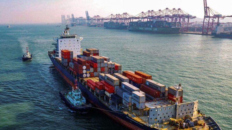Un buque de carga cargado de contenedores se dirige a un puerto de la ciudad de Qingdao, en la provincia oriental de Shandong, China, el 14 de enero de 2020. (STR/AFP vía Getty Images)