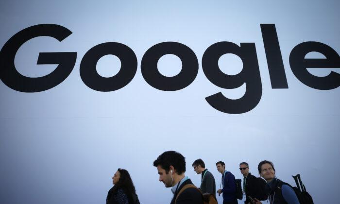 Visitantes de la CES 2020, en el Centro de Convenciones de Las Vegas, pasan el 8 de enero de 2020 por el pabellón de Google. (Mario Tama/Getty Images)
