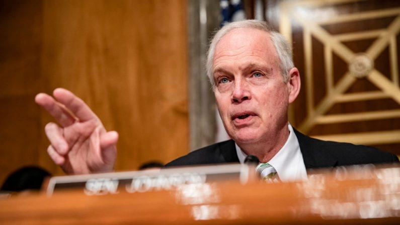 El presidente del Comité de Seguridad Nacional del Senado de Estados Unidos, Ron Johnson (R-WI), habla al comienzo de una audiencia  sobre la respuesta del gobierno al nuevo brote de coronavirus (COVID-19) el 5 de marzo de 2020 en Washington, DC. (Samuel Corum/Getty Images)