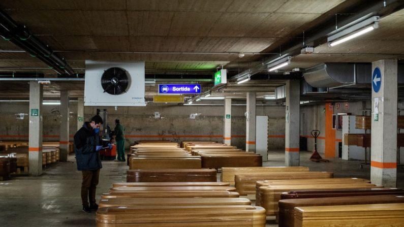 Ataúdes de las personas que han muerto del virus del PCCh (COVID-19) se alinean en la morgue de Collserola antes de ser enterrados o incinerados, el 02 de abril de 2020 en Barcelona, España. (David Ramos/Getty Images)