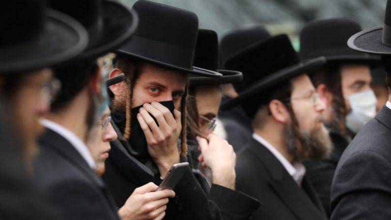 Cientos de miembros de la comunidad judía ortodoxa son vistos en el barrio de Borough Park, Nueva York (EE.UU.), el 5 de abril de 2020. (Foto de Spencer Platt/Getty Images)