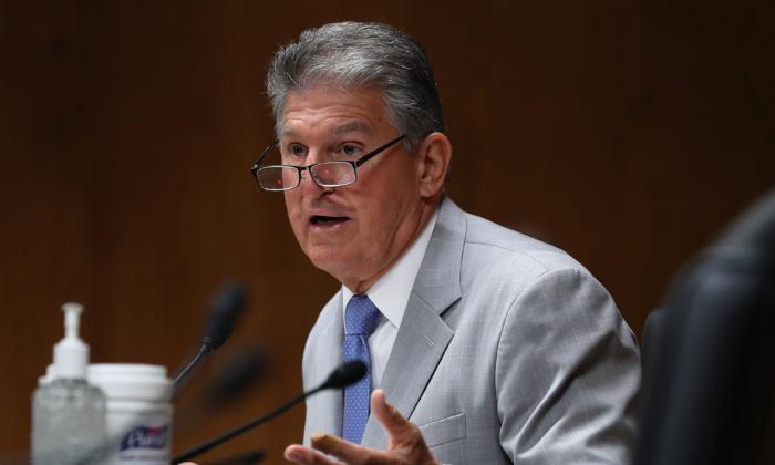 El senador Joe Manchin (D-WV) habla el 16 de junio de 2020 durante una audiencia del Subcomité de Asignaciones del Senado en el Capitolio, en Washington. (CHIP SOMODEVILLA/POOL/AFP vía Getty Images)