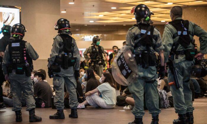La policía antidisturbios detiene a personas luego de que despejaron a los manifestantes que participaban en una manifestación contra una nueva ley de seguridad nacional en Hong Kong el 1 de julio de 2020. (Dale De La Rey/AFP a través de Getty Images)