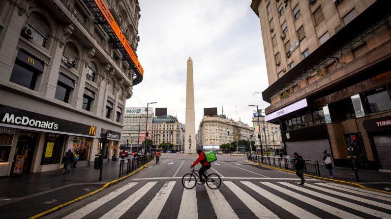 Un repartidor cruza la avenida Corrientes el 2 de julio de 2020 en Buenos Aires, Argentina. (Marcelo Endelli/Getty Images)