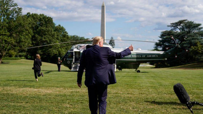 El presidente de Estados Unidos, Donald Trump, levanta el pulgar después de hablar con los medios de comunicación cuando parte hacia el Centro Médico Militar Nacional Walter Reed, desde la Casa Blanca, el 11 de julio de 2020 en Washington, DC. (Joshua Roberts/Getty Images)