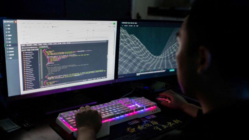 Un miembro del grupo de hackeo Red Hacker Alliance está utilizando un sitio web que monitorea los ciberataques globales en su computadora en una oficina en Dongguan, provincia de Guangdong, al sur de China, el 4 de agosto de 2020. (NICOLAS ASFOURI/AFP a través de Getty Images)