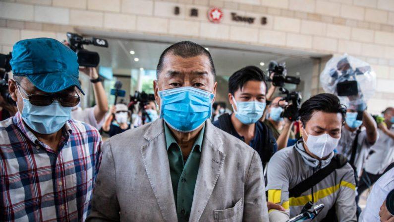 El magnate de los medios de comunicación prodemocracia de Hong Kong, Jimmy Lai, llega al tribunal de West Kowloon en Hong Kong el 3 de septiembre de 2020 para escuchar el veredicto de su juicio por intimidación criminal en el que se le acusa de amenazar a un reportero pro-Beijing. (Foto de ISAAC LAWRENCE/AFP vía Getty Images)