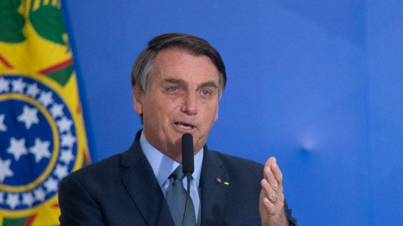 El presidente de Brasil, Jair Bolsonaro, habla durante la ceremonia en la que Eduardo Pazuello asume el cargo de Ministro de Salud en medio de la pandemia del coronavirus (COVID-19) el 16 de septiembre de 2020 en Brasilia.(Andressa Anholete/Getty Images)