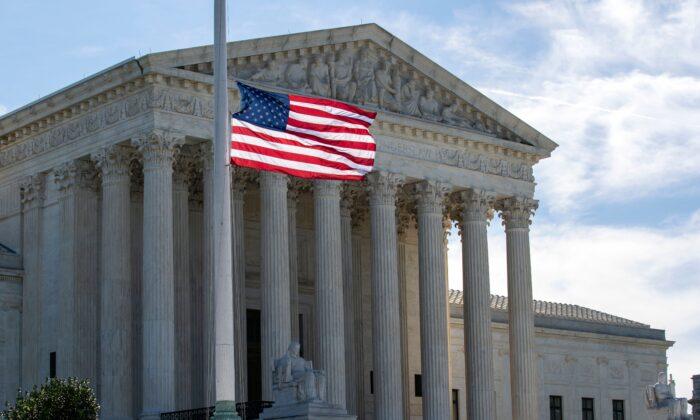 La bandera de EE. UU. ondea a media asta, fuera de la Corte Suprema de EE. UU., en memoria de la magistrada Ruth Bader Ginsburg, en Washington, el 19 de septiembre de 2020. (Jose Luis Magana/AFP a través de Getty Images)