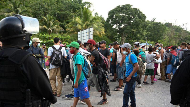 La policía guatemalteca impide el ingreso de migrantes hondureños en Poptún (Guatemala) el 2 de octubre de 2020. (Foto de JOHAN ORDONEZ/AFP vía Getty Images)