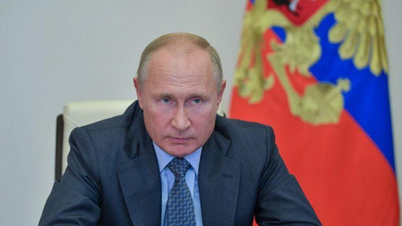 El presidente ruso Vladimir Putin preside una reunión por teleconferencia en la residencia Novo-Ogaryovo, en las afueras de Moscú, el 8 de octubre de 2020. (Alexei Druzhinin/Sputnik/AFP vía Getty Images)
