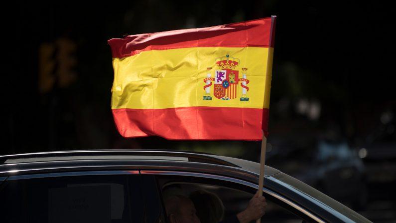 Un conductor agita una bandera española desde su automóvil durante una manifestación organizada por el partido de derecha Vox de España contra el gobierno español en Málaga el 12 de octubre de 2020. (JORGE GUERRERO/AFP a través de Getty Images)