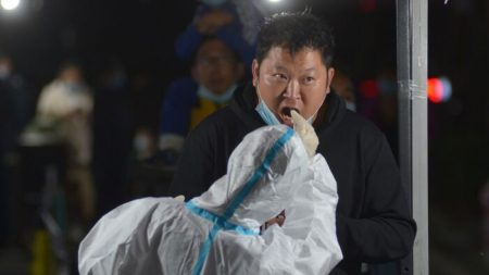 Residentes chinos desconfían de autoridades que niegan casos nuevos de virus pero adoptan medidas de contención