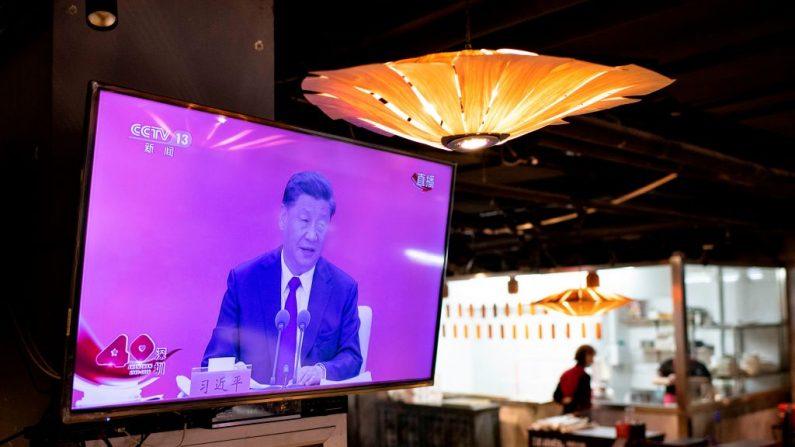 Una pantalla de televisión en un restaurante de Beijing muestra al Presidente chino Xi Jinping hablando durante una transmisión desde Shenzhen en un evento que marca el 40º aniversario del establecimiento de la Zona Económica Especial de Shenzhen, el 14 de octubre de 2020. (NOEL CELIS/AFP vía Getty Images)